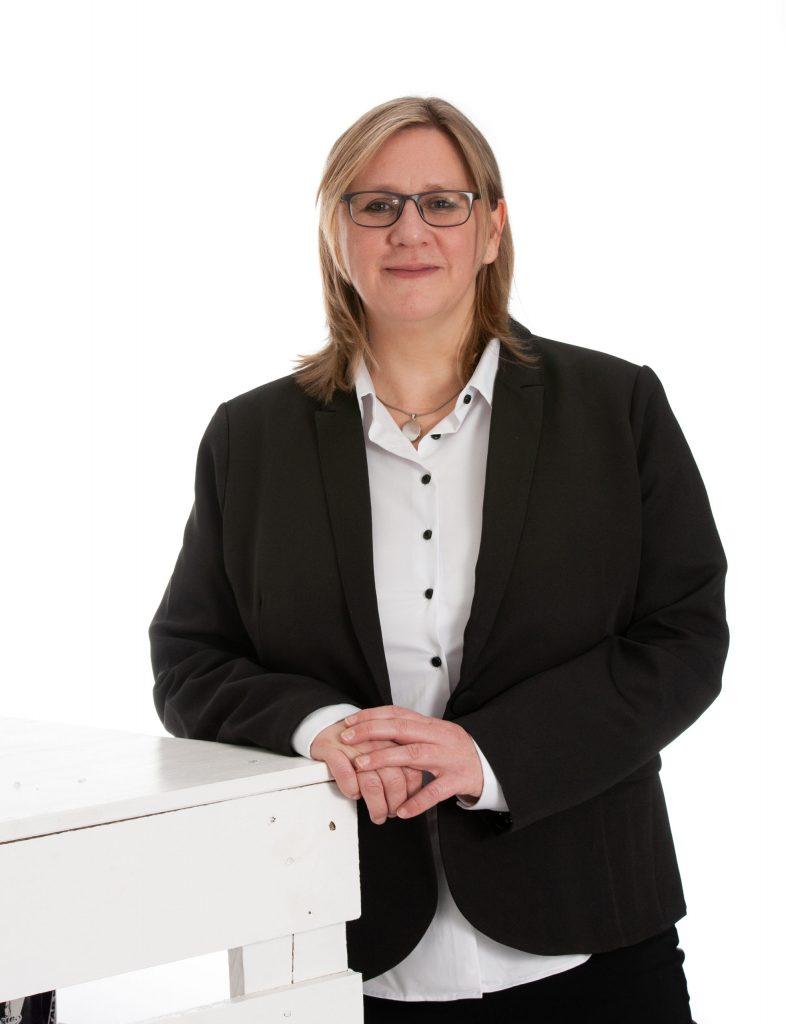 Daniela Holthausen, Finzanzen, Buchhaltung